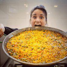 Paella vegana con arroz integral